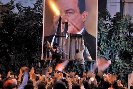 Manifestantes-en-Egipto-arrancan-un-cartel-del-presidente-Hosni-Mubarak.expand