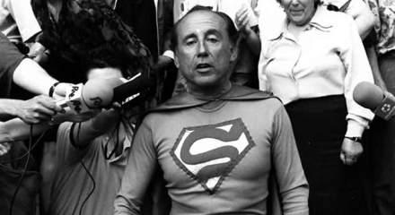 Jose_Maria_Ruiz-Mateos_enfundado_caracteristico_traje_Superman_multiples_actos_denunciar_situacion_judicial