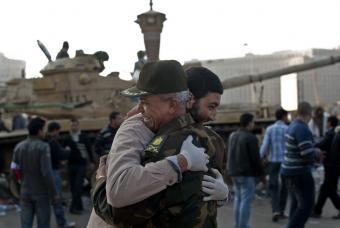 manifestante_abraza_militar_plaza_Liberacion