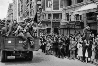 Soldados_Division_Azul_desfilan_Gran_Via_madrilena_regreso_frente_ruso_mayo_1942